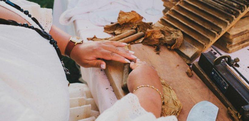 Puros en tu Boda. Ideas originales, Cubana haciendo puros a mano, un autentico espectáculo